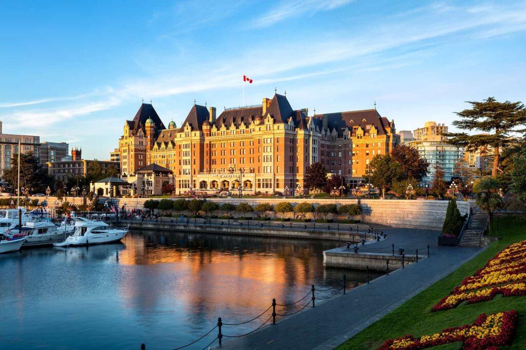 Was für ein tolles Ensemble, das Fairmont Empress Hotel und der Inner Harbour in Victoria. Foto Destination Greater Victoria