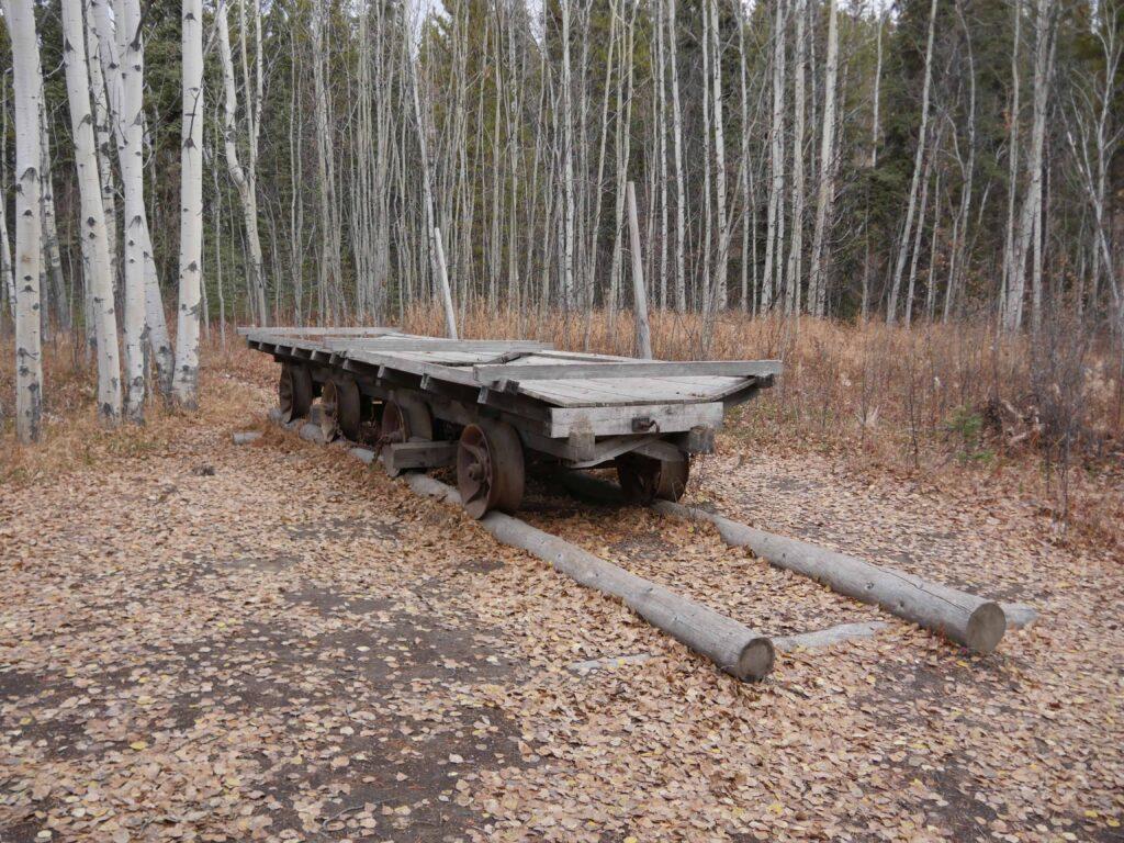 Sehenswürdigkeiten Whitehorse: Überreste der Baumschienenbahn in der Klondike Goldrush Geisterstadt Canyon City bei Whitehorse. Foto Alfred Pradel