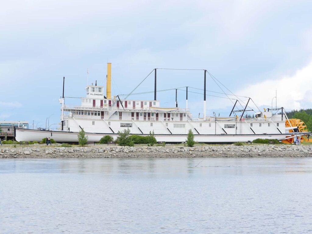 Sehenswürdigkeiten Whitehorse: Die S.S. Klondike II auf ihrem letzten Liegeplatz am Ufer des Yukon River in Whitehorse. Foto Alfred Pradel