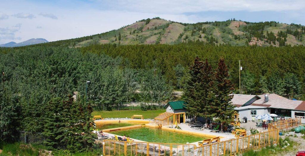 Blick auf die Takhini Hot Springs mit den beiden Pools. Foto Takhini Hot Pools