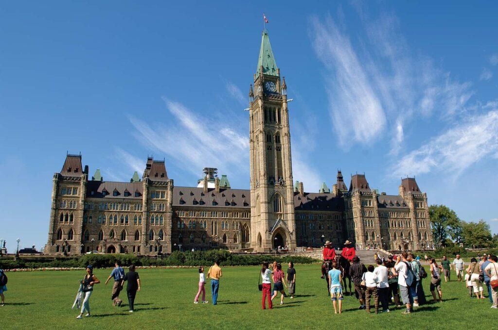 Blick auf den Parliament Hill in der kanadischen Bundeshauptstadt Ottawa. Foto Ottawa Tourism