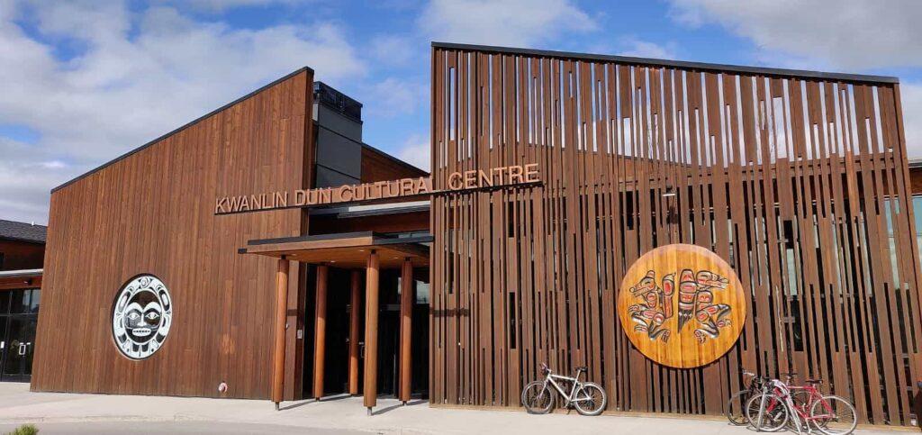 Das Kwanlin Dün Cultural Centre, direkt am Yukon River gelegen. Foto Tobias Barth