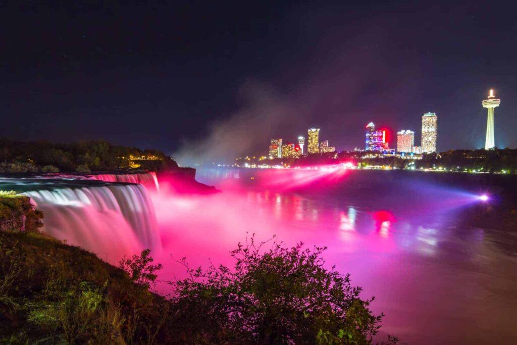 Auch in der Nacht ein wunderschöner Anblick, die Niagara Fälle, farbenfroh beleuchtet.