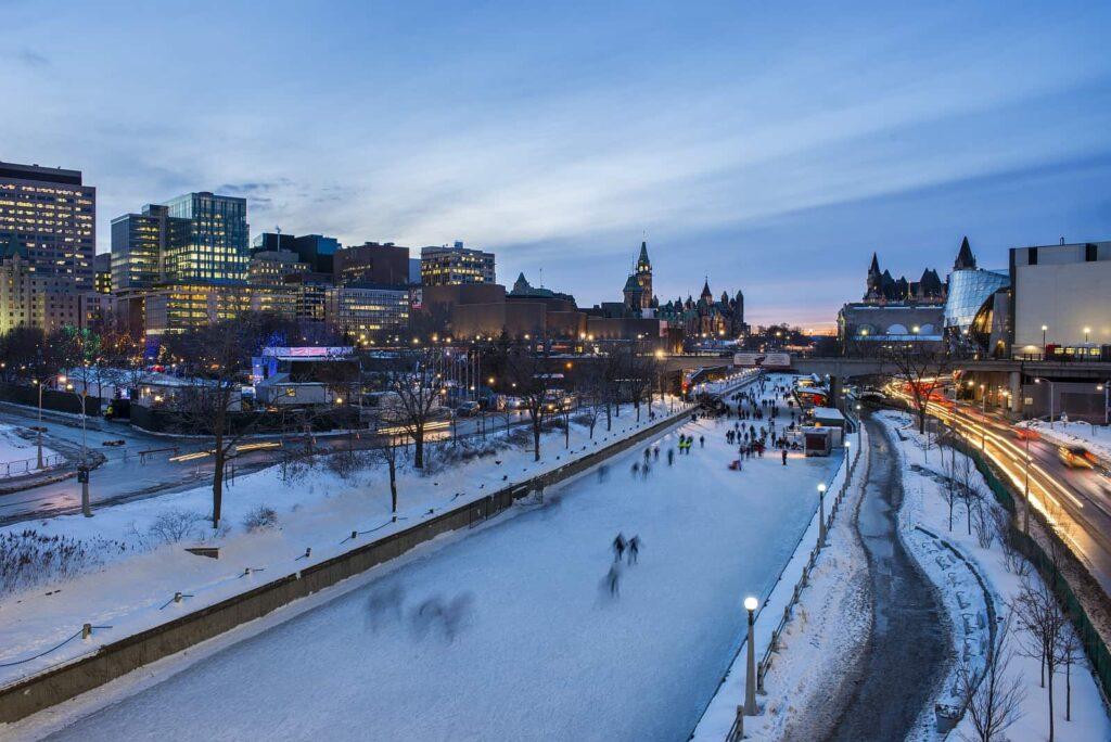 Im Winter wird aus der Rideau Canal Wasserstraße der Rideau Canal Skateway, die größte Freiluft-Eislaufarena der Welt. Foto Ottawa Tourism
