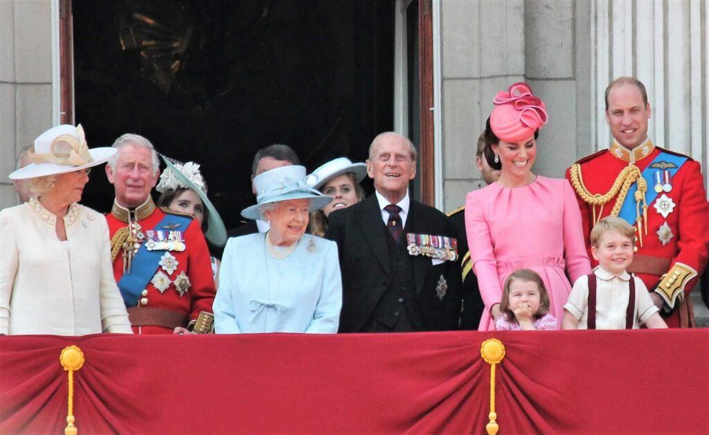 Die königliche Familie mit Queen Elisabeth II., Königin von Kanada und Prinz Philipp (vorne 3. und 4. v.l.). Foto cheekylorns2/Deposit