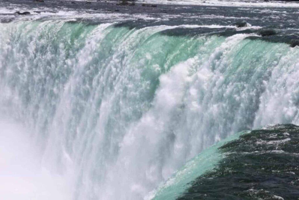 Ein beeindruckender Anblick, auch wenn viel Wasser oberhalb der Fälle für die Stromerzeugung abgezweigt wird. Blick auf die Horseshoe Falls.