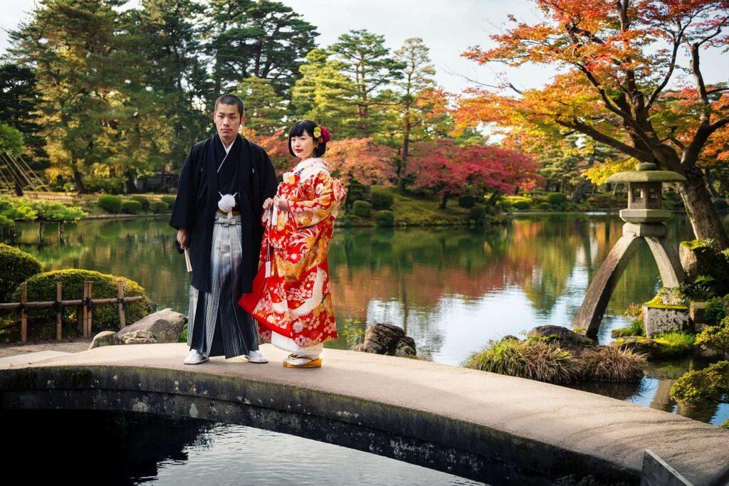 In Japan erfreut man sich dem dortigen Indian Summer, dem Momijigari. Eine beliebte Zeit, um zu heiraten. Foto zhuzhu/Deposit