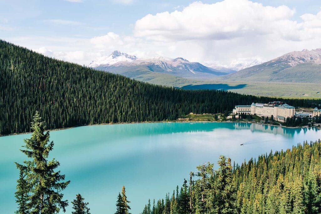 Zwei kanadische Berühmtheiten, der Lake Louise und das Fairmont Chateau Lake Louise, Alberta. Foto Finn Beales