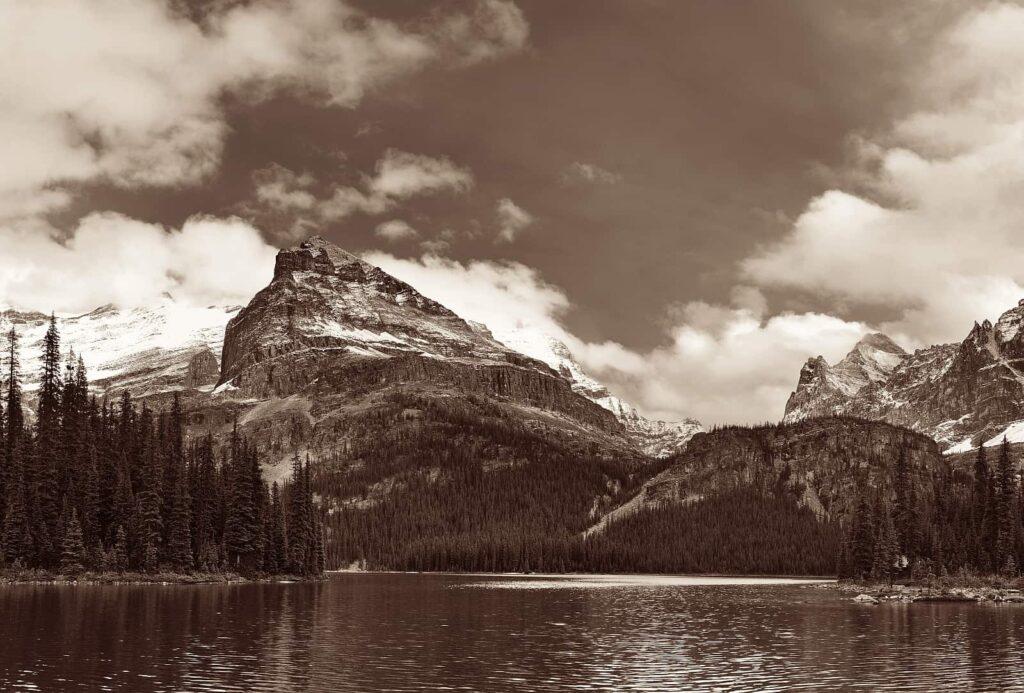 Eine besondere Athosphäre in schwarz/weiß am Lake O'Hara im Yoho Nationalpark, Britisch Columbia. Foto rabbit75/Deposit