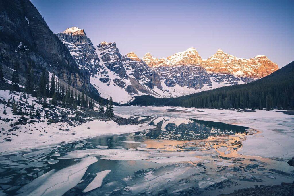 Der fast zugefrorene Morraine Lake im Banff Nationalpark, Alberta, unsere Nummer eins der schönsten Seen. Foto benkrut/Deposit