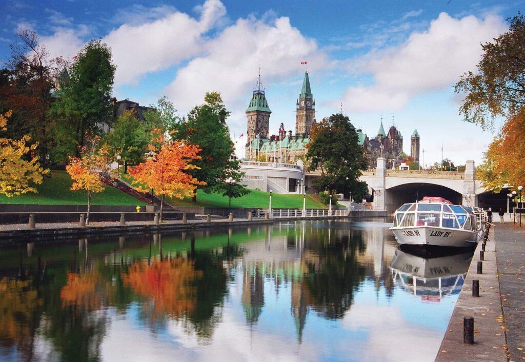 Sehenswürdigkeiten Ottawa: Der Rideau Canal im Herbst, UNESCO Weltkulturerbe, National Historic Site und ganzjährige Attraktion für Einheimische und Besucher aus aller Welt. Foto Ottawa Tourism