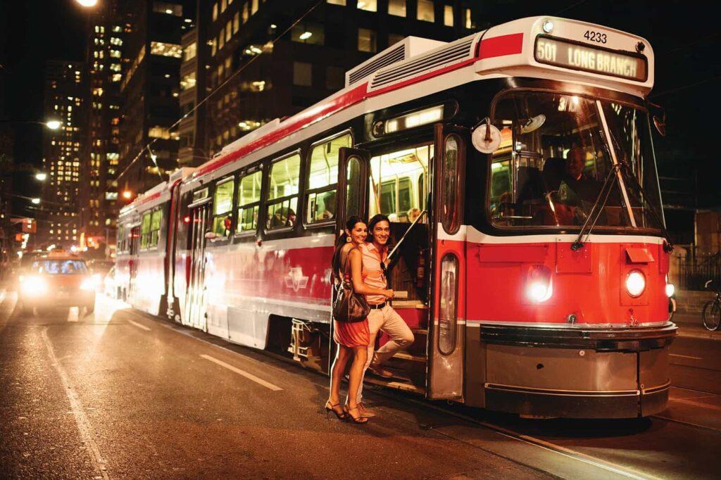 Ein beliebtes Verkehrsmittel in Toronto, die Straßenbahn der Stadt. Foto Canadian Tourism Commission