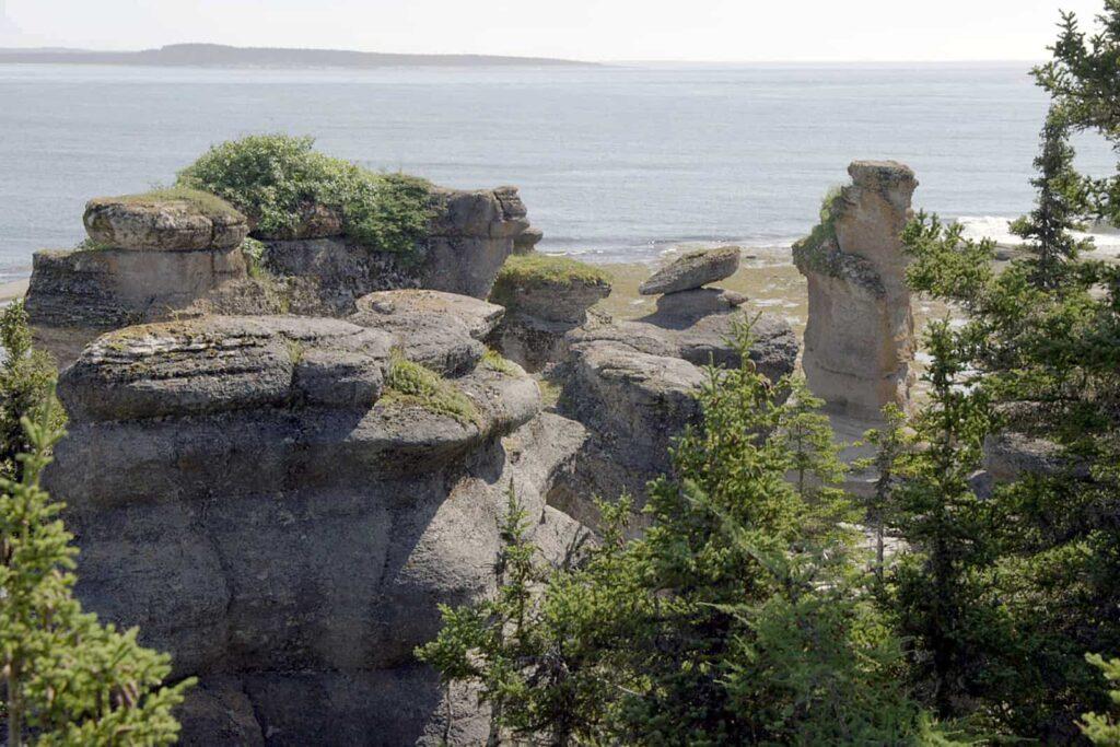 Der Mingan-Archipel - Der verborgene Schatz 5: Eis und Gezeiten haben einzigartige Spuren hinterlassen und Gebilde aus Kalkstein geschaffen, die seit jeher den Menschen in ihren Bann gezogen haben: die Monolithen. Foto Arte / © Florianfilm