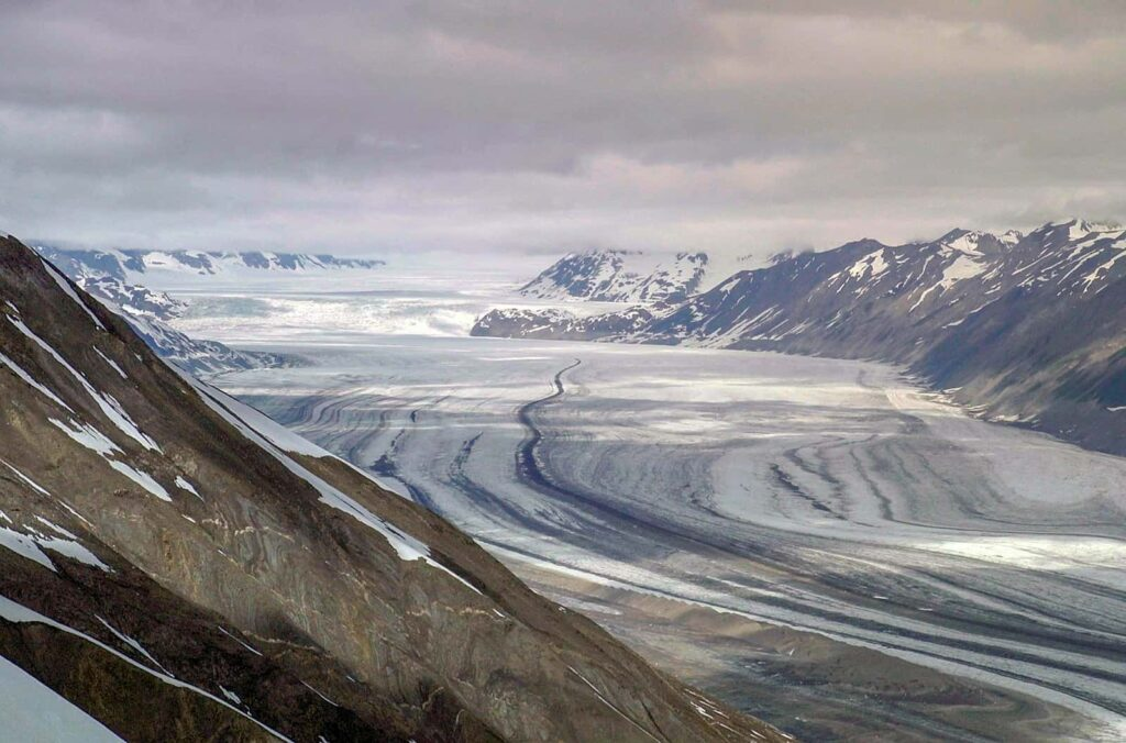 Mitte des 19. Jahrhunderts blockierte das Eis des Lowell-Gletschers den Flusslauf des Alsek, ein riesiger See entstand. Als der Gletscher sich wieder zurückzog, wurde das Tal komplett überspült. So entstanden die weitläufigen Sanddünen am Ufer des Alsek. Foto Arte / © Florianfilm