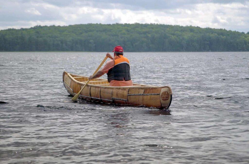 Todd Labrador, gelernter Zimmermann und Mikmaq, hat die Arbeit an einem Kanu beendet, das er in den letzten Wochen gebaut hat. Jetzt fährt er mit ihm eine Proberunde, um es zu testen. Foto Arte / © Florianfilm