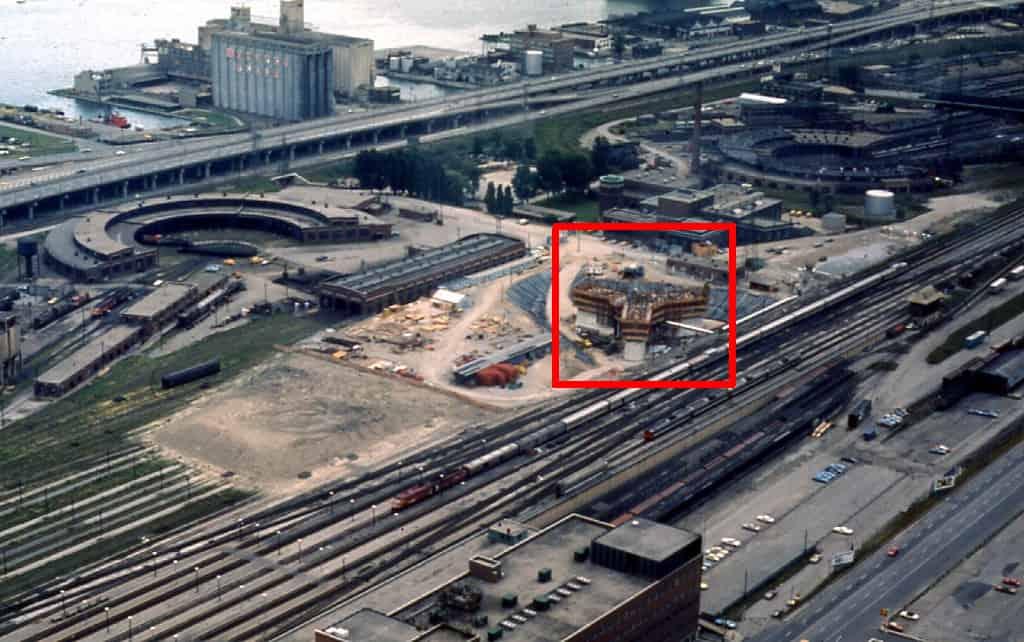 Der CN Tower, das Wahrzeichen Torontos zu Beginn der Bauphase im Jahr 1973. In der riesigen Baugrube ist die Basis in der Turmform (rotes Quadrat) schon erkennbar. Foto Robert Taylor / https://creativecommons.org/licenses/by/2.0/deed.en