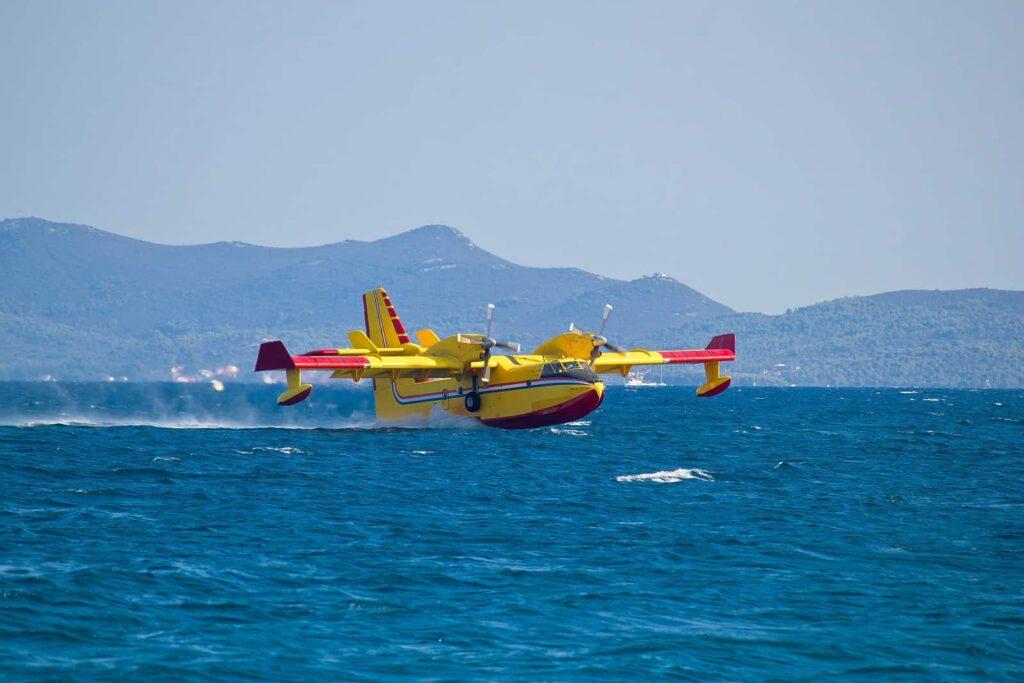 Bei großen Waldbränden werden die Feuerwehrkameraden auch aus der Luft unterstützt. Ein Löschflugzeug beim Füllen der Wassertanks in einem See. Foto xbrchx/Deposit