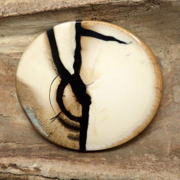 Das älteste plastische Material der Kunst- und Kulturgeschichte hat auch heute noch viele Freunde. Der Schmuck aus Mammut-Elfenbein fasziniert. Foto http://www.mammutwerkstatt.de