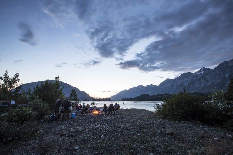 Was für eine Idylle am Tatshenshini River. Camping Urlaub ist Freiheit und Abenteuer in Kanada, auch heute noch. Tatshenshini-Alsek Provincial Park, British Columbia. Foto Noel Hendrickson