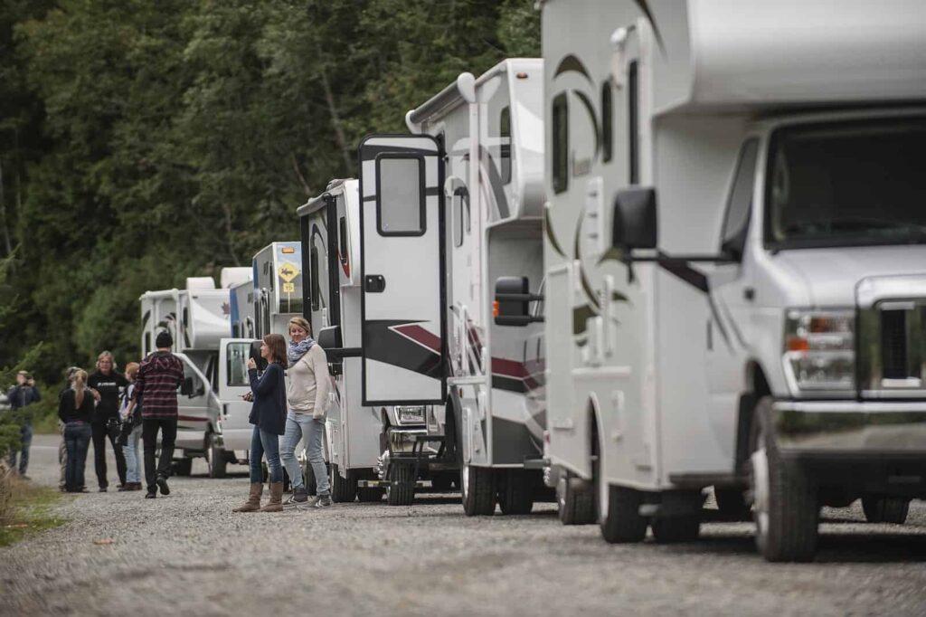 Ob mit Zelt oder mit dem Wohnmobil. Camping Urlaub in Kanada ist sehr beliebt. Deshalb kann es in der Haupturlaubssaison sehr eng auf den Campgrounds, wie hier am Cameron Lake in BC, werden. Es empfiehlt sich, vorher zu reservieren. Foto Brian Caissie