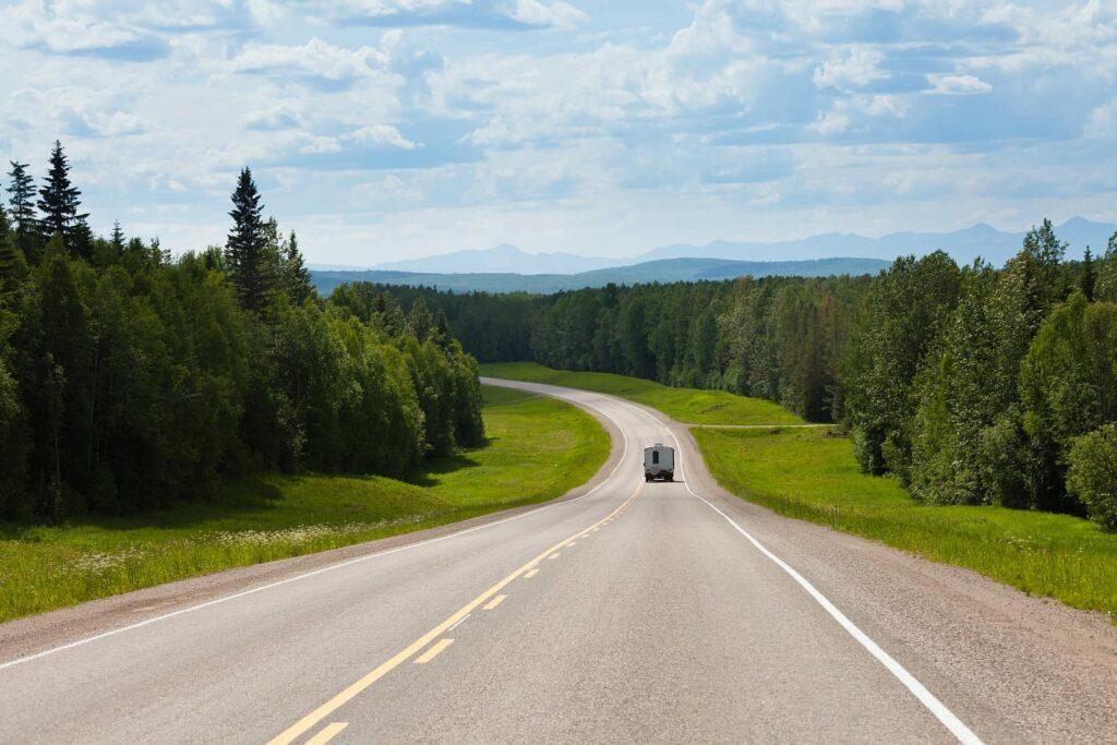 2288 Kilometer durch die Landschaften von Kanadas Norden und von Alaska. Der Alaska Highway als besonderer Roadtrip. Foto PiLens / Deposit