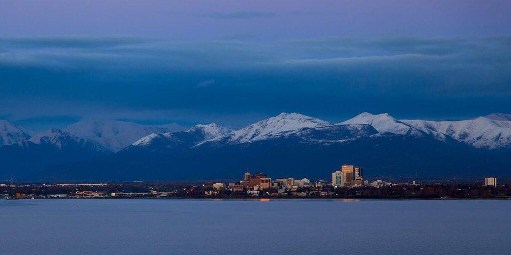 Blick auf Anchorage, die größte Stadt des US-Bundesstaates Alaska in der Abenddämmerung. Foto peamoony / Deposit