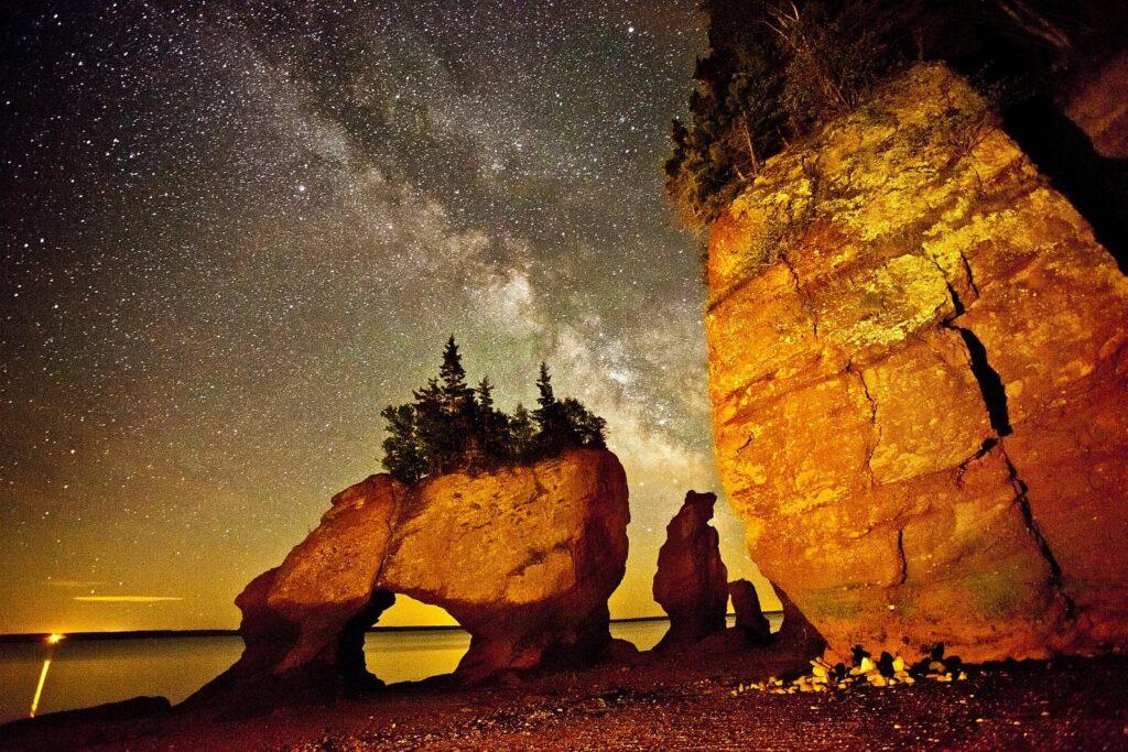 Dem Himmel so nah. Die Hopewell Rocks in der Bay of Fundy in New Brunswick. Bei Ebbe die Felsformation vom Meeresboden aus erkunden, ist schon ein Abenteuer. In sternenklarer Nacht ein Traum. Foto Tourism New Brunswick