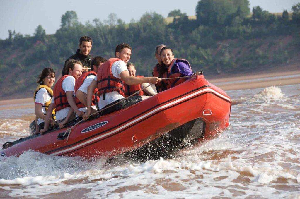Ein besonderes Abenteuer, mit dem Schlauchboot auf der gewaltigen Tide der Bay of Fundy reiten. In vielen Zuflüssen zur Bucht dreht sich bei Flut die Fließrichtung, ein sehenswertes Naturschauspiel. Foto Nova Scotia Tourism