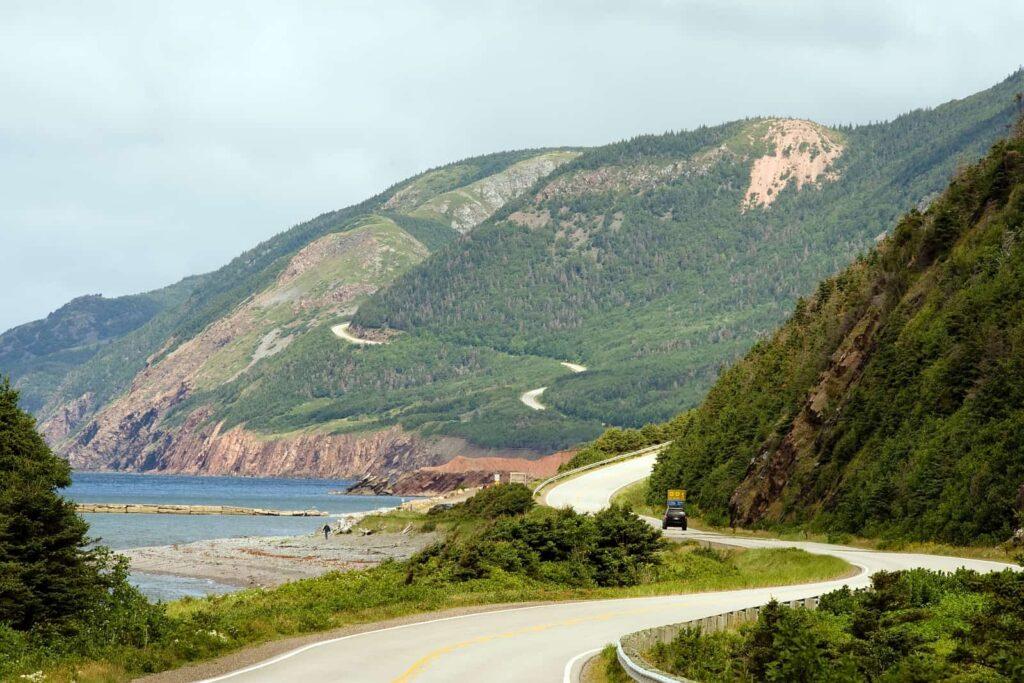 Eine der schönsten Panoramastraßen Nordamerikas, der Cabot Trail auf Cape Breton Island in der Atlantikprovinz Nova Scotia. Foto Mliss / Deposit