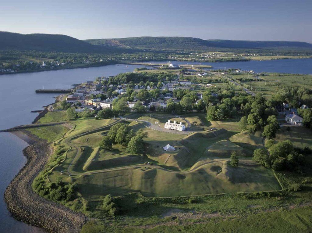 Noch heute sind aus der Luft die vier Sterne des Fort Anne zu sehen. Die National Historic Site ist eine der Sehenswürdigkeiten an der Bay of Fundy. Foto Parks Canada/R. Garnett