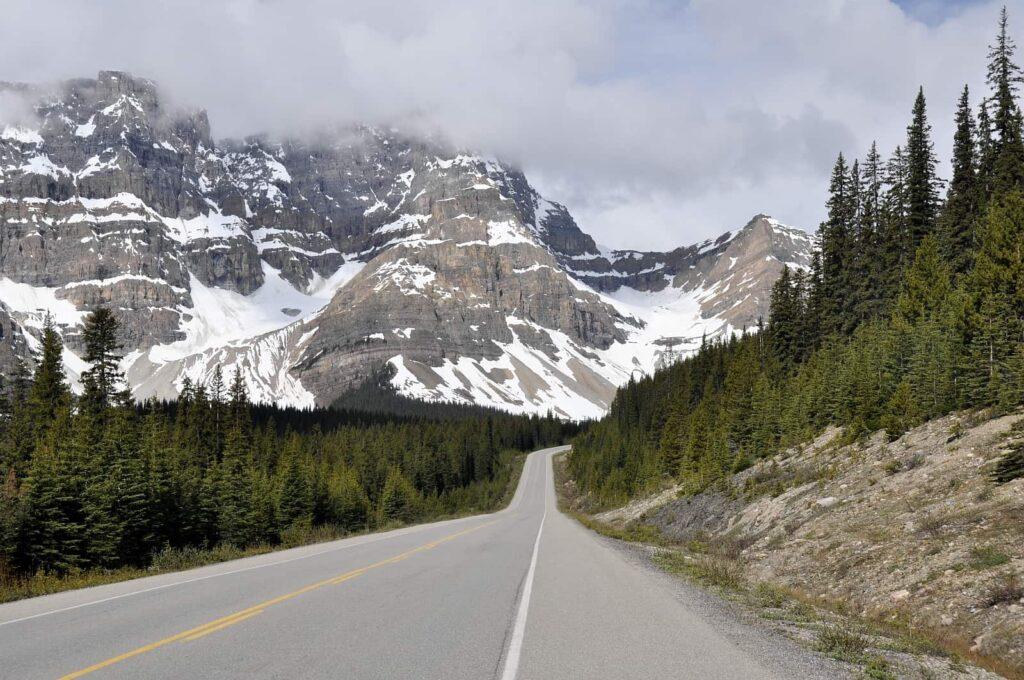 Eine Traumstraße der Welt, der Icefields Parkway, Teilstück des Highway 93 in Alberta. Foto naticastillog / Deposit