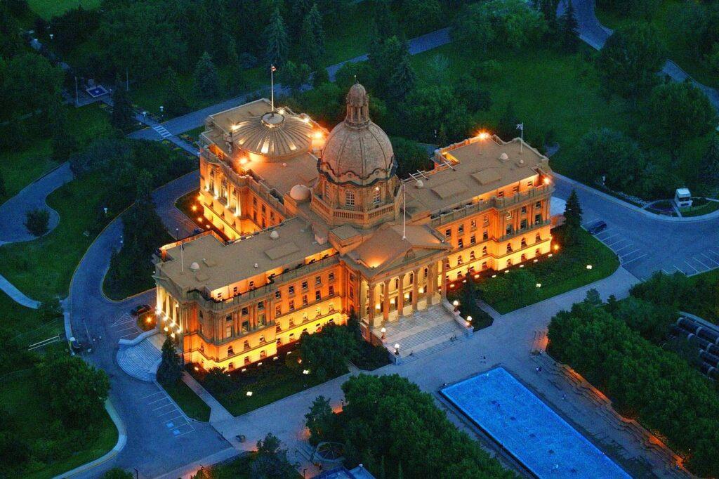 Ein Blick aus der Luft auf das beeindruckende Alberta Legislature Building, das von 1907 bis 1913 erbaut wurde. Foto DesignPicsInc / Deposit
