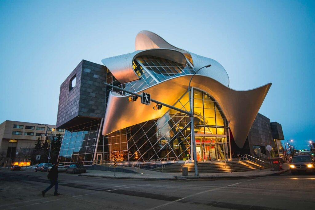 Einer der Sehenswürdigkeiten Edmontons. Ein abendlicher Blick auf das wunderschöne Gebäude der Art Gallery of Alberta in Edmonton. Foto Edmonton Tourism