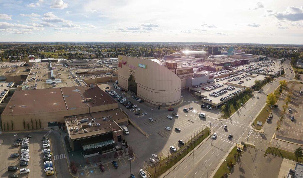 Ein Panoramablick zeigt die riesigen Ausmaße der West Edmonton Mall, einer der Top Sehenswürdigkeiten der Stadt. Foto edb3_16 / Deposit