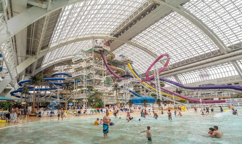Ein Blick auf den World Waterpark in der West Edmonton Mall mit vielen Wasserutschen und dem größten Indoor-Wellenbad der Welt. Foto jewhyte / Deposit