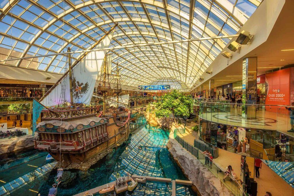 Das besondere Erlebnis mitten in der West Edmonton Mall, ein Nachbau der Santa Maria, Flagschiff des Entdeckers Christoph Columbus. Foto miroslav_1 / Deposit