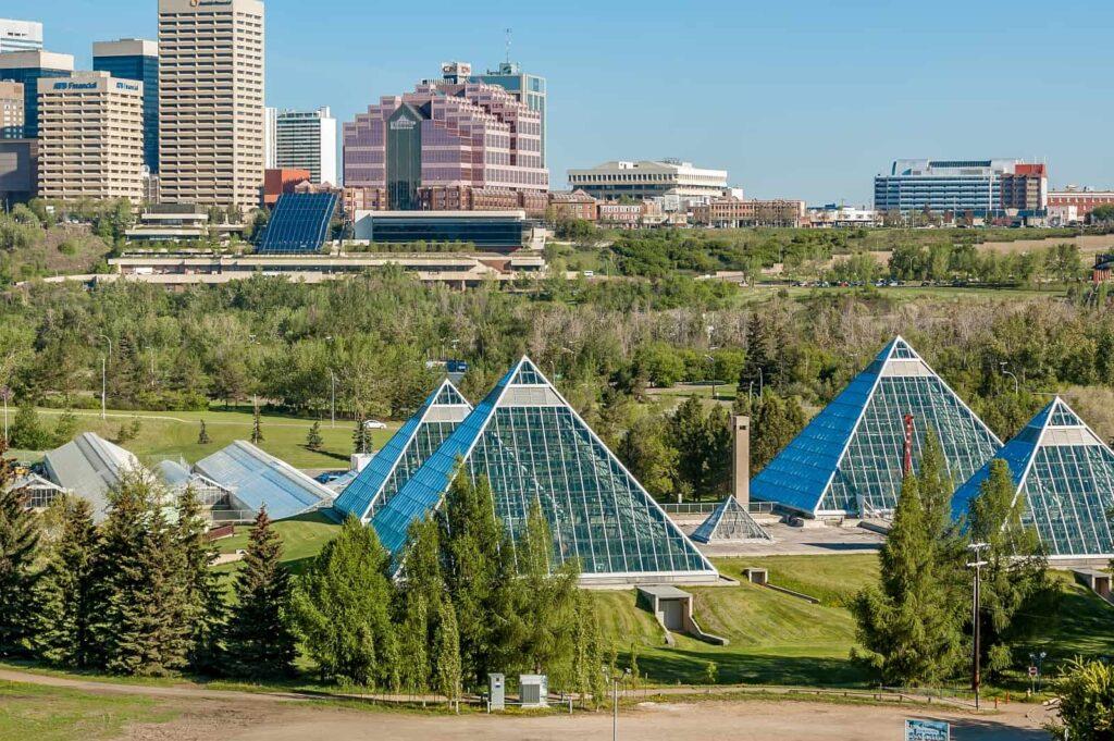 Ein sommerlicher Blick auf das Muttart Conservatory mit seinen Gewächshäusern und den stadtbildprägenden Glaspyramiden. Eine Must-See Sehenswürdigkeit. Foto jewhyte / Deposit