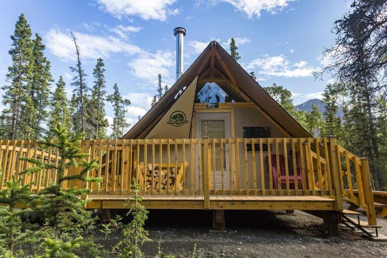 Outdoor-Abenteuer im oTENTik, einer Kombination aus Zelt und rustikaler Hütte im Kluane Nationalpark. Foto Parks Canada