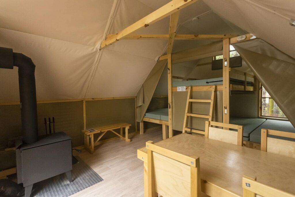 Die Kombination von Zelt und Hütte ermöglicht ein Outdoor-Abenteuer mit einem gewissen Komfort. Foto Parks Canada