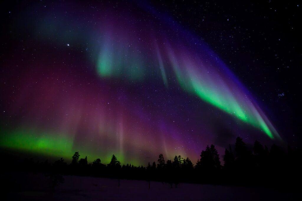 Was für ein begeisterndes Farbenspiel am Himmel. Nordlichter fotografieren, das mystische Himmelsereignis. Foto molka / Deposit