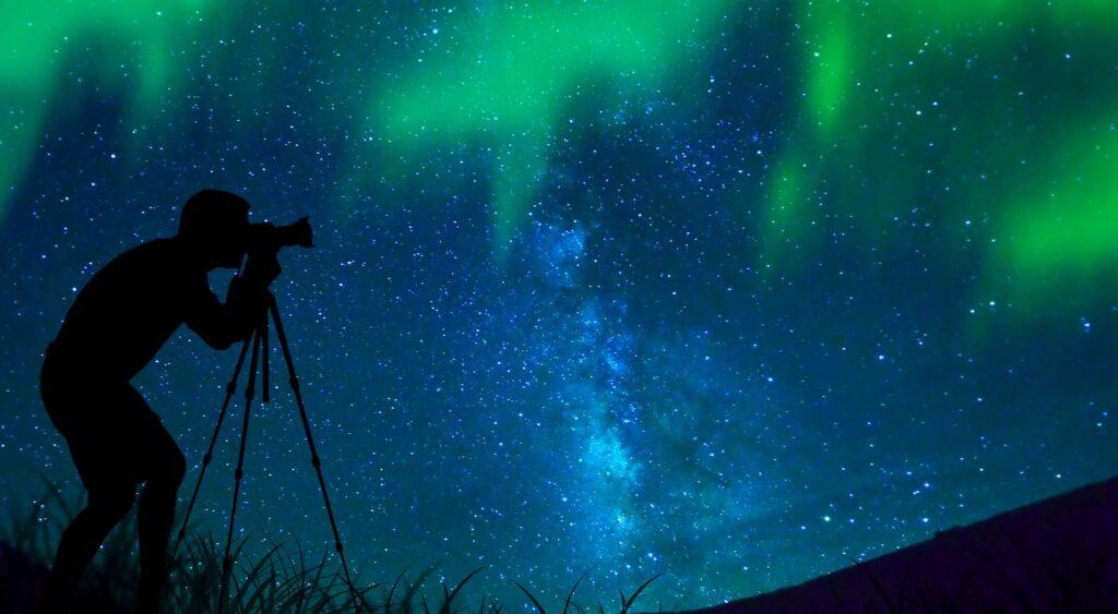 Was für ein schönes Erlebnis, Nordlichter fotografieren in traumhafter Natur, weit weg von Lichtverschmutzungen und Zivilisationslärm. Foto surangastock / Deposit