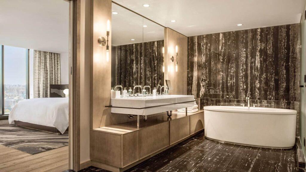 Für ein privates Wellness Erlebnis, das Bad in der Sky Suite. Foto ©JW Marriott Parq Vancouver