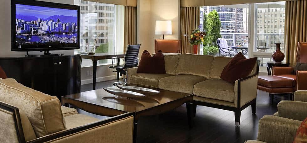 Der Wohnraum der Royal Suite lädt zum Ausruhen und Entspannen ein. Foto © Fairmont Waterfront / AccorHotels