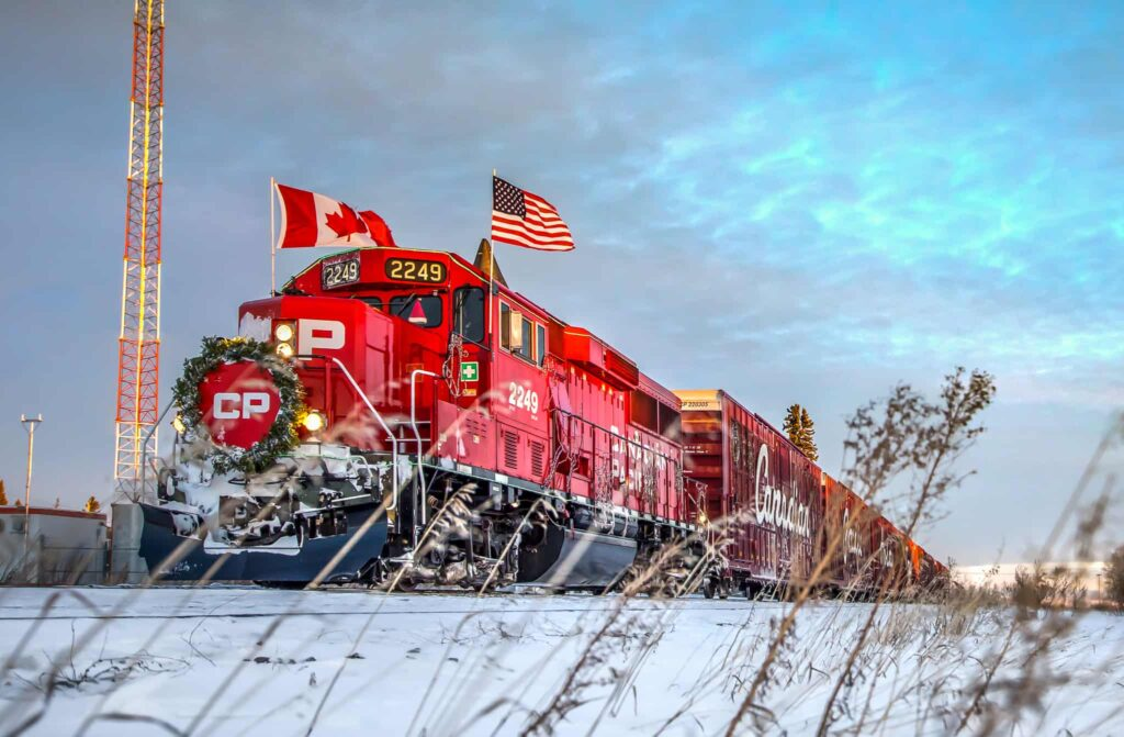 Ein Zug auf der Fahrt durch Canada und die USA, ein sozialer Botschafter mit Country-Musik an Bord, der Canadian Pacific Holiday. Foto CPR