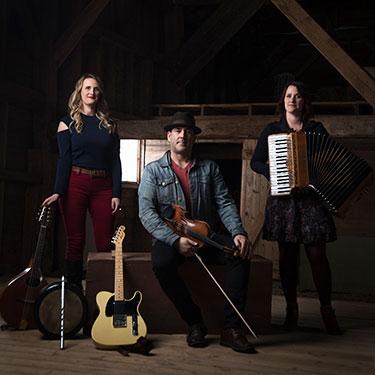 Das akadische Trio Vishtèn, ein musikalisches Kraftpaket ist ebenfalls mit an Bord des Canadian Pacific Holiday Train. Foto CPR