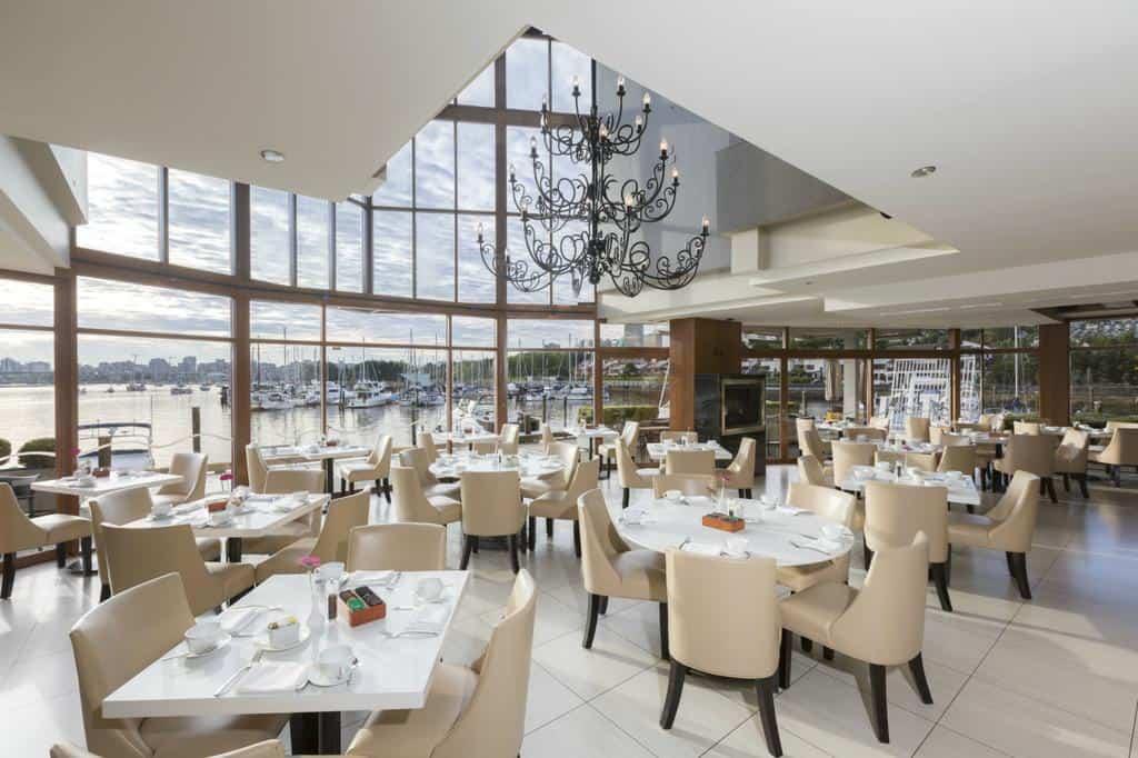 Blick in das hoteleigene Restaurant Dockside mit Bar. Foto ©Granville Island Hotel