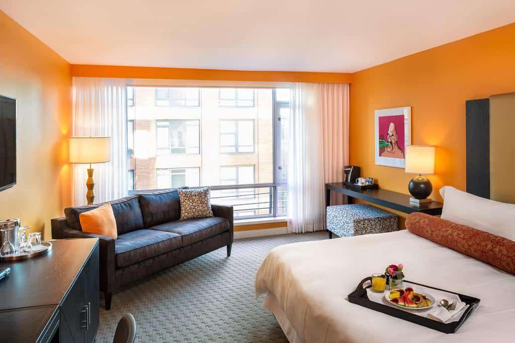 Blick in eines der farbenfroh gestalteten Zimmer des Opus Hotel. Foto ©OpusHotel, Vancouver