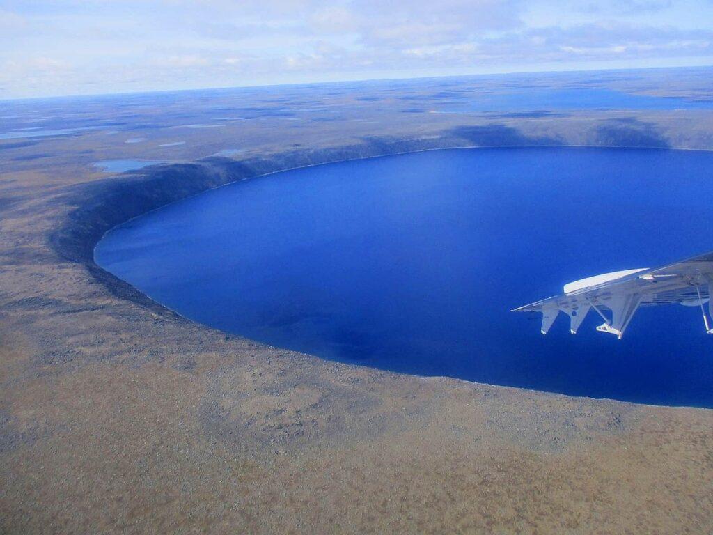 Der Kratersee im Pingualuit-Nationalpark vom Flugzeug aus gesehen. Foto ©Bernadette Calonego