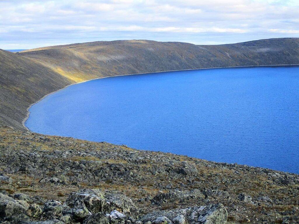 Der Pingualuk-Kratersee entstand durch einen Meteoreinschlag. Foto ©Bernadette Calonego