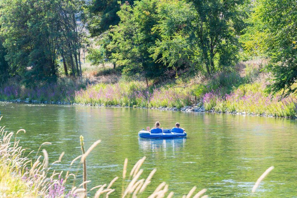 Eine Bootstour auf dem Okanagan River, der hier auch Penticton River Channel genannt wird, zwischen dem Okanagan Lake und dem Skaha Lake, eine beliebte Freizeitbeschäftigung im Sommer im Valley. Foto amykmitchell / Deposit